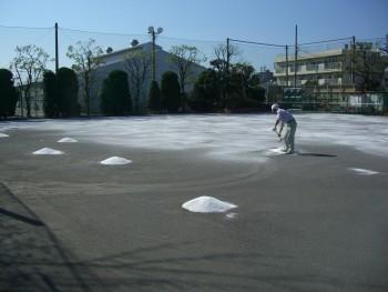 整えた敷地の上に砂利を敷き詰めていきます。